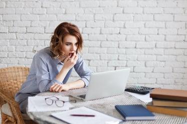 surprised-businesswoman-looking-at-laptop-pc-aston-P65T4WV-1